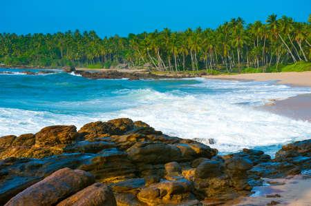 탕 갈레, 스리랑카 근처 열 대 해변입니다. 전경에서 돌