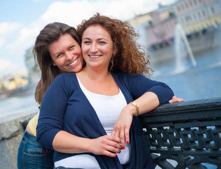 lesbienne: Portrait de deux belles jeunes femmes heureuses Banque d'images