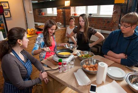 """MOSCOU - AVRIL 6: personnes non identifiées apprendre à cuisiner au cours de cuisine """"école de bon goût"""" dans le menu Démarrer Hub institut Avril 6 2013, à Moscou."""