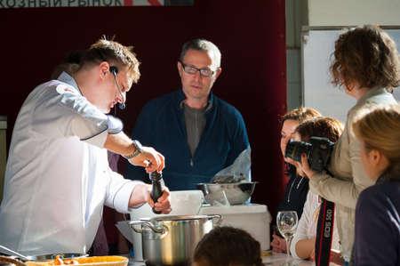 """MOSCOU - 13 avril: Le chef Andrew Kuspits montre comment préparer correctement et manger des fruits de mer à culinaire master class """"Taste Leçon numéro 5: fruits de mer"""" sur le marché Dorogomilovskij le 6 Avril 2013, à Moscou."""