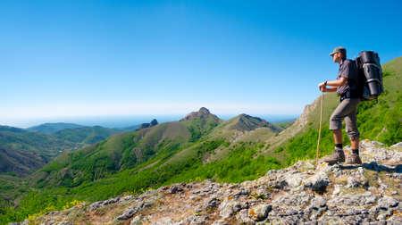 등산객 바위 능선에 서있는 풍경을 즐긴다