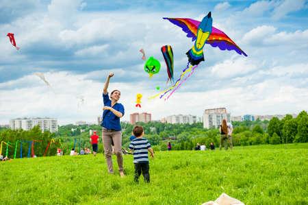 모스크바 - 5 월 25 일 : 미확인 된 사람은 모스크바에서 2013년 5월 25일에 공원 Tsaritsyno입니다에서 연 축제에서 연을 비행. 에디토리얼