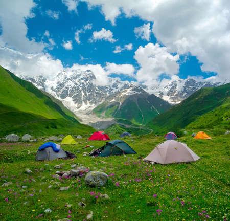svaneti: Campamento de excursionistas cerca de Ushguli, Svaneti, Georgia. Shjara monta�a en el fondo