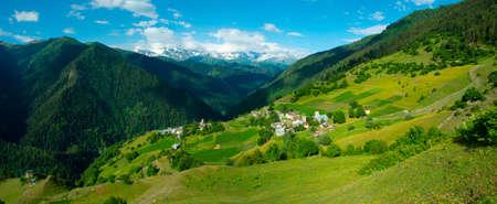 svan: Paesaggio panoramico del villaggio Ieli in Svaneti, Georgia