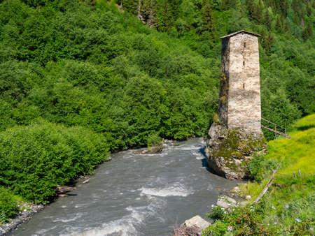 svan: Torre vicino al fiume in Svaneti, Georgia