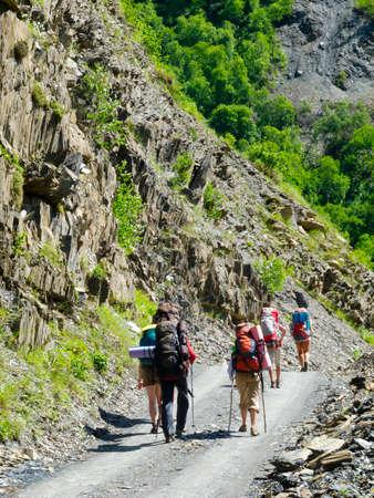 svaneti: J�venes excursionistas de trekking en Svaneti, Georgia