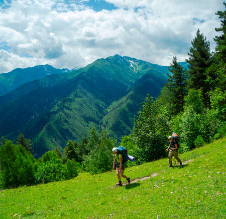 svaneti: Las mujeres j�venes trekking en Svaneti, Georgia