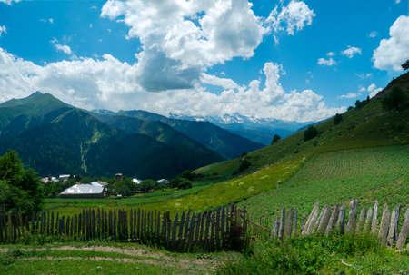svan: Panoramica del paesaggio del villaggio di Ieli in Svaneti, Georgia Archivio Fotografico
