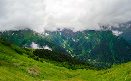 svaneti: Valle en las monta�as del paisaje en Svaneti, Georgia