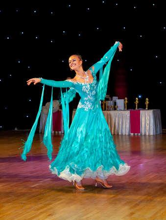 tänzerin: Tänzerin führt an Tanz-Meisterschaft. Langsamer Walzer tanzen.
