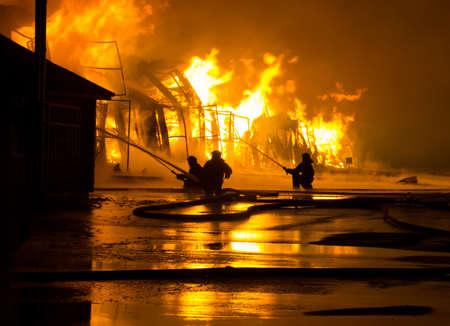 incendio casa: Bomberos en el trabajo en el fuego Foto de archivo