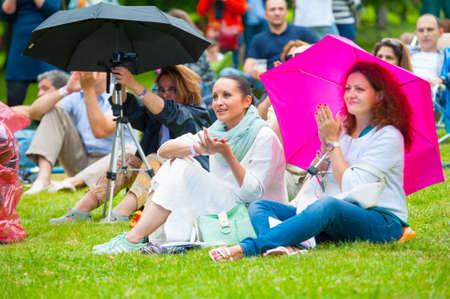 "vangelo aperto: MOSCA - 20 giugno 2015: La gente assistere concerto all'aperto sulla XII International Jazz Festival ""Usadba Jazz"" in Tsaritsyno Park il 20 Giugno 2015 a Mosca"