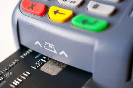 POS ターミナルでチップのプラスチック製のカードを使用して支払い 写真素材