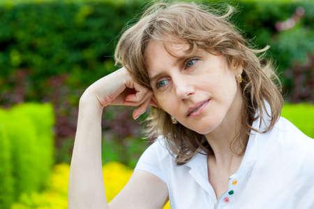 edad media: mujer de mediana edad pensando en un parque