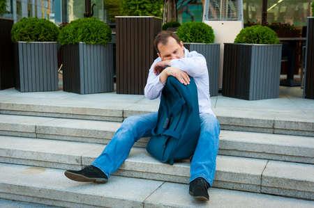 homme triste: Sad homme d'âge moyen portrait plein air