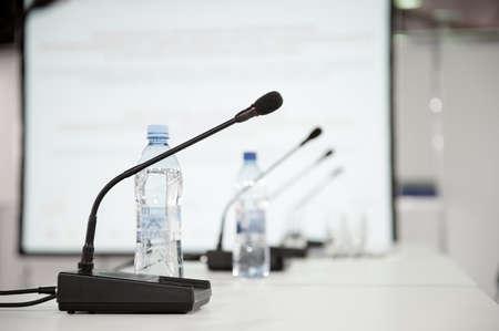 Tabla micrófono en la sala de conferencias Foto de archivo - 45162319