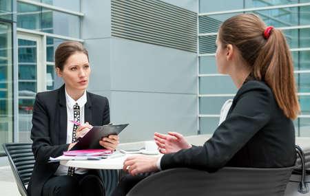 trabajo: Entrevista de trabajo Mujer de negocios joven