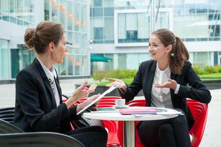 Jeune femme d'affaires entretien d'embauche