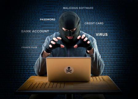 ladron: Hacker está listo para comenzar a hackear la computadora portátil Foto de archivo