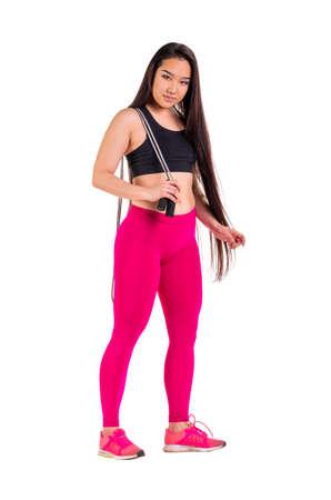ropa deportiva: mujer asi�tica joven en ropa deportiva posando aislados en blanco