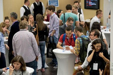 Moscú, Rusia - 2 septiembre 2016: La gente tiene descanso para tomar café durante la Conferencia de Marketing Digital en Russia Today sala agencia de información Editorial