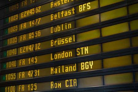 cronograma: tablero digital calendario en el aeropuerto