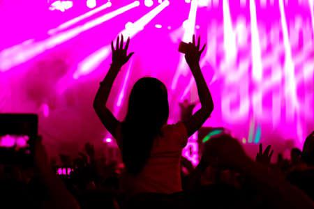I fan in festa a cielo aperto concerto dal vivo. Non immagine a fuoco