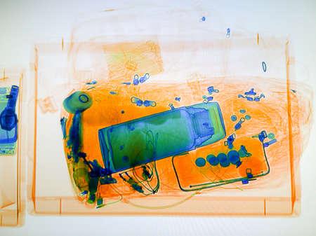 공항의 x- 선 스캐너 화면에 스캔 한 수하물