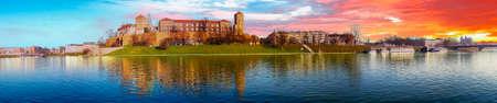 Célèbre monument du château de Wawel vu de la Vistule au lever du soleil, Cracovie, Pologne.