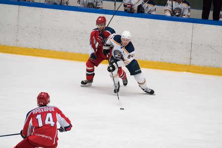 arbitro: Chéjov, Rusia - 7 de enero, 2016: partido de hockey entre los equipos Zvezda (Chejov) y Orsk (Urales del Sur) en Vityaz palacio de hielo. Zvezda gana 4: 2