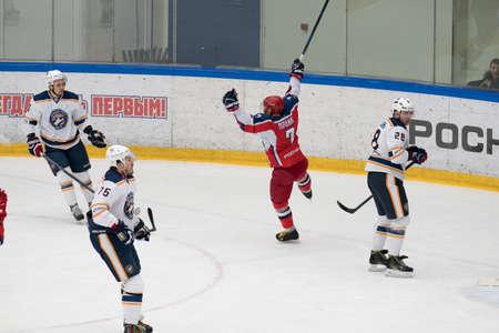 arbitros: Chéjov, Rusia - 7 de enero, 2016: partido de hockey entre los equipos Zvezda (Chejov) y Orsk (Urales del Sur) en Vityaz palacio de hielo. Zvezda gana 4: 2