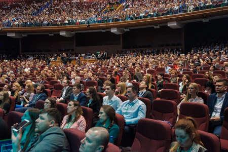 モスクワ, ロシア - 2017 年 4 月 24 日: 人々 はクロッカス エキスポ ホールでシナジー グローバル フォーラムに出席します。これ以上 5000 の参加者と