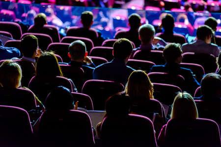 Publiek luistert naar de speech van de docent in de conferentiezaal Stockfoto - 77464029