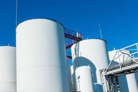 Industriële opslag van vloeibare materialen Stockfoto - 81734042