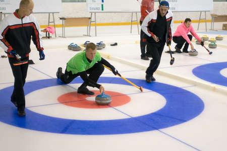 Svetlogorsk, 러시아 - 2017 년 8 월 5 일 : IX 국제 Medexpert Curling Cup 중 컬링 팀원이 경기를합니다. 스톡 콘텐츠 - 84382533