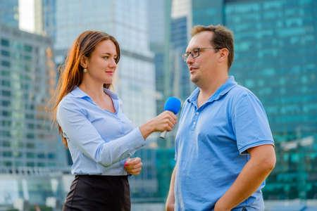 若い女の子 TV レポーターのインタビュー男