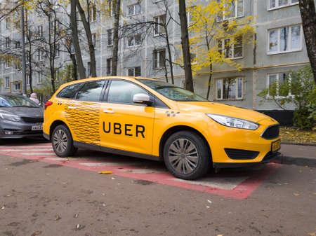 모스크바, 러시아 - 2017 년 10 월 25 일 : Uber 로고와 비문 거리에서 새로운 노란색 택시