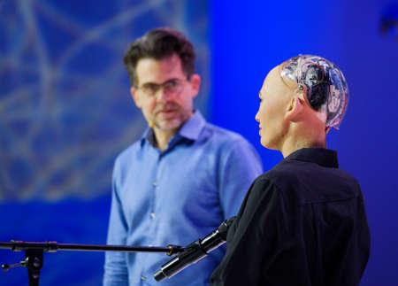 모스크바, 러시아 - 2017 년 10 월 16 일 : 소피아 휴머노이드 로봇과 데이비드 핸슨 (David Hanson), 개방 혁신 회의 (Skolokovo technopark)