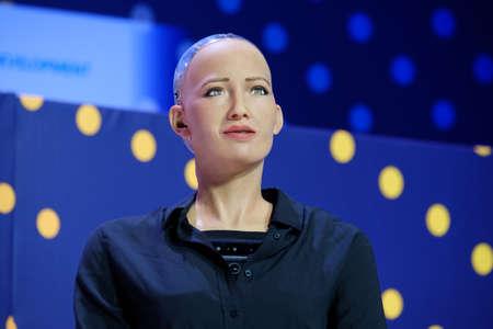 Moscú, Rusia - 16 de octubre de 2017: Robot humanoide de Sophia que habla ruso en la conferencia abierta de las innovaciones en el technopark de Skolokovo