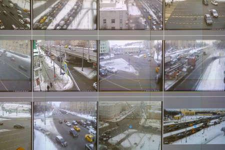 Schermen in het analysecentrum tonen gegevens van verkeerscamera's in de stad