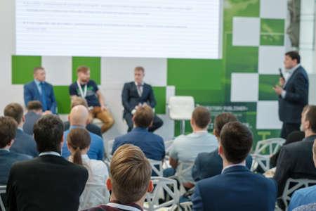 La audiencia escucha al conferencista en la conferencia de negocios, vista posterior