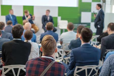 Il pubblico ascolta il docente alla conferenza di lavoro, vista posteriore