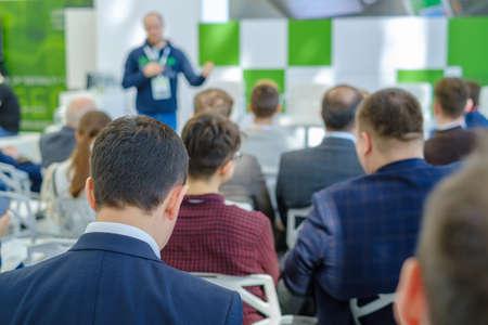 La audiencia escucha al conferencista en la conferencia de negocios, vista posterior Foto de archivo