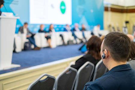 Publikum hört dem Dozenten bei der Wirtschaftskonferenz zu, Rückansicht Standard-Bild
