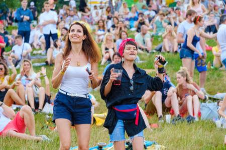 Moskwa-22 czerwca 2019: Ludzie biorą udział w koncercie na świeżym powietrzu na Międzynarodowym Festiwalu Jazzowym Usadba Jazz w Parku Kołomienskoje
