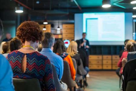 Il pubblico ascolta il conferenziere al workshop nella sala conferenze