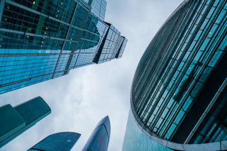 Wieżowce w centrum miasta, widok z dołu, niebieskie odcienie