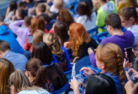 Teilnehmer von Geschäftskonferenzen sitzen und hören dem Dozenten zu, Rückansicht Standard-Bild