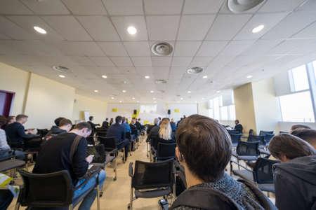 Studenten im Unterricht während einer Vorlesung, Rückansicht
