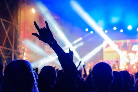 Fans bei Live-Rockmusik-Konzert jubeln Musiker auf der Bühne, Rückansicht